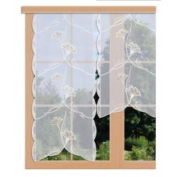 Scheibenhänger Ginko in beige aus Plauener Spitze am Fenster dekoriert