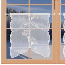 Scheibenhänger Ginko in beige aus Plauener Spitze am Fenster Winter