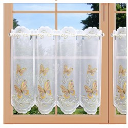 Scheibengardine Lorena mit Schmetterling aus Plauener Spitze am Fenster
