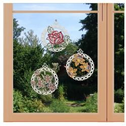 3er Set Fensterbilder Blüten aus Plauener Spitze am Fenster