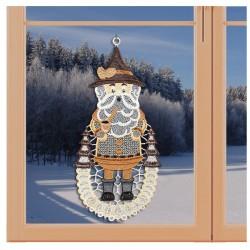 Klassisches Fensterbild mit Erzgebirgs-Motiv Freundlicher Räuchermann Weihnachtsdeko aus Plauener Spitze an einem Fenster