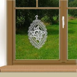 Klassisches Fensterbild Blüte weiß am Fenster