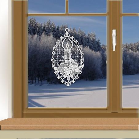 Klassisches Fensterbild Kerze vor winterlichem Fenster