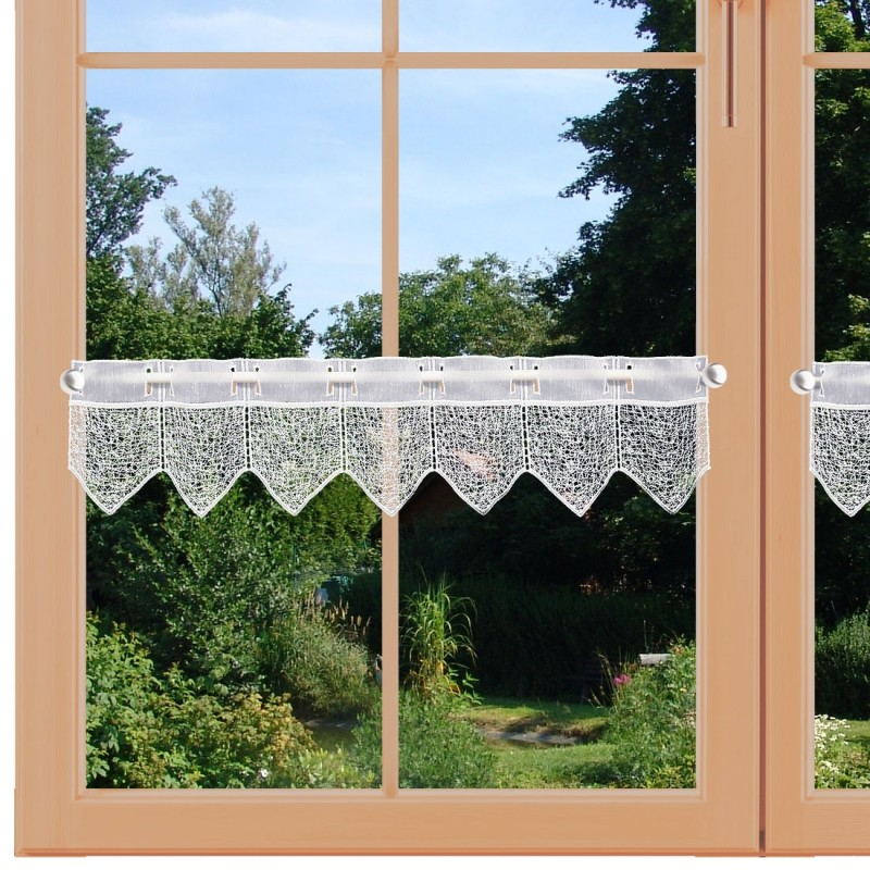 Feenhausspitzengardine Ivette am Fenster