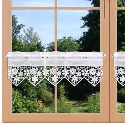 Feenhausspitzen-Gardine Kira am Fenster